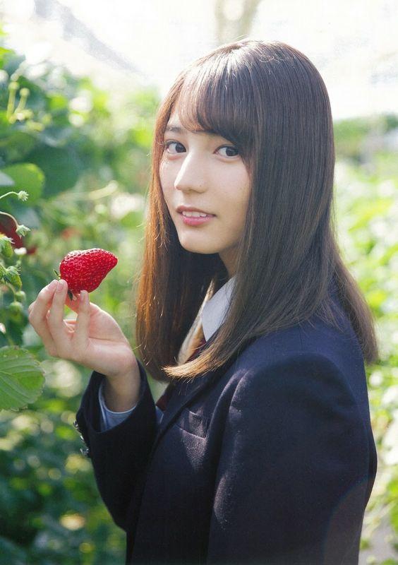 イチゴを持っている小坂菜緒