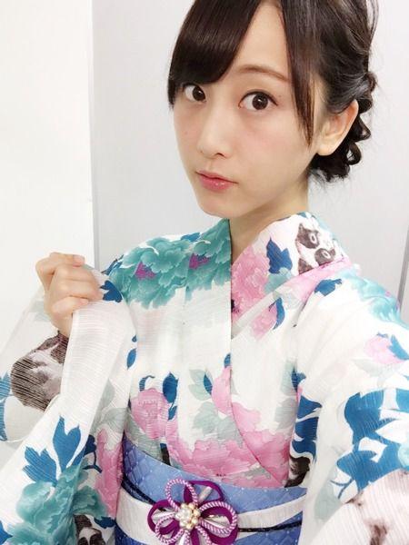涼し気な浴衣姿の松井玲奈