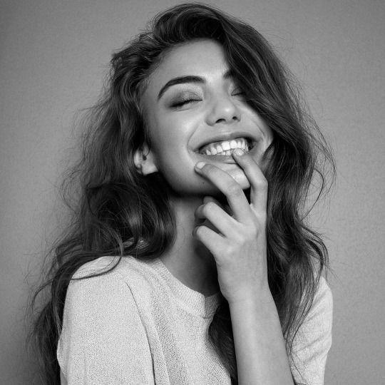 Moça, o mundo não pode viver sem o seu sorriso