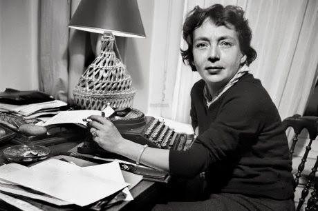 A máquina, mientras fuma y mira a cámara, Marguerite Duras en 1969.: