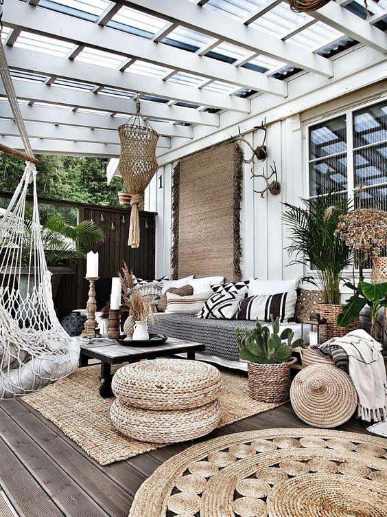 Huiskamergevoel creëren door bij het inrichten van je overkapping ook gezellig wat planten te gebruiken