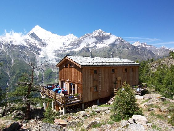 Die Europahütte liegt oberhalb von Randa – direkt am Europaweg zwischen Grächen und Zermatt