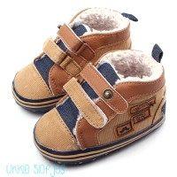 Baby Sneaker Gevoerd voor boys. Leuke jongens sneaker gemaakt van bruine rib stof. De schoenen zijn gevoerd dus lekker warm in de winter. Op de zool zit anti slip.