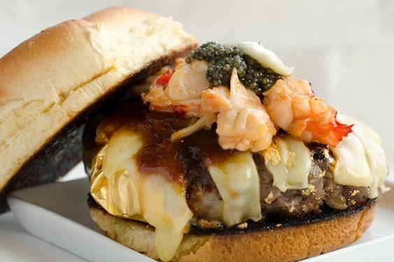 O hambúrguer mais caro do mundo: carne Kobe envolta em folha de ouro, foie gras, caviar, lagosta, trufas, queijo Gruyère envelhecido e importado para os Estados Unidos directamente de França, derretido em vapor champanhe (uh-la-la!) e coberto com molho de churrasco Kopi e pedra de sal do Himalaia.