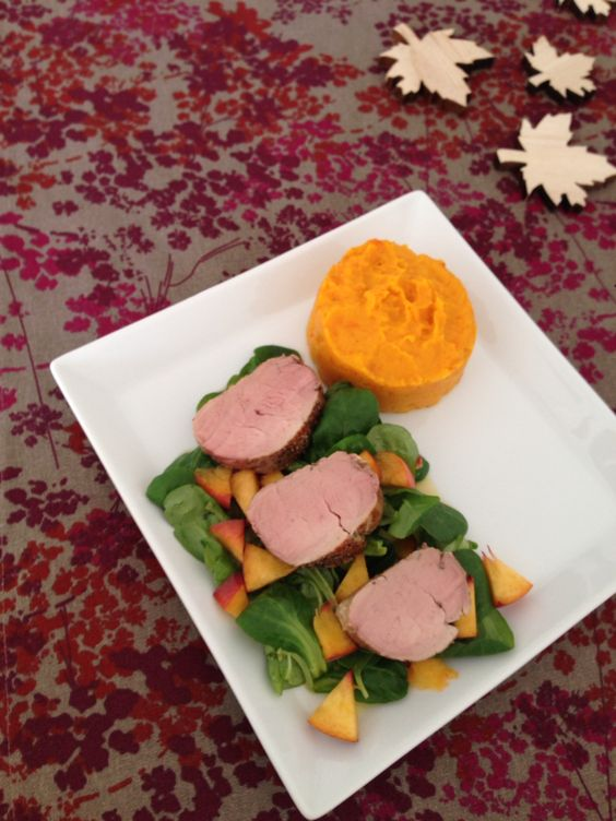 Schweinefilet mit Kürbis-Süßkartoffel-Püree auf fruchtigem Feldsalat #autumnfood #sunday #lunch #pumpkin #sweet #potato #cornsalad #peach #porkfillet www.sarahs-greenfield.blogspot.de