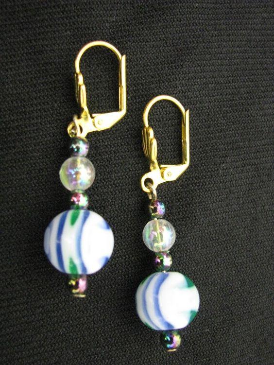 Earring, golden metal and plastic. Brinco metal dourado e plástico. 4,5cm 1gr