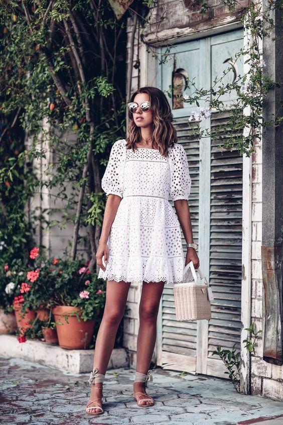 vestido branco de renda com bolsa de palha