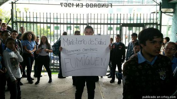 Estudiantes hacen huelga pidiendo que fumiguen colegio