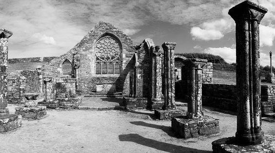 #Bretagne #Finistere #Plovan : ruine de la chapelle de Languidou à Plovan © Paul Kerrien http://toilapol.net