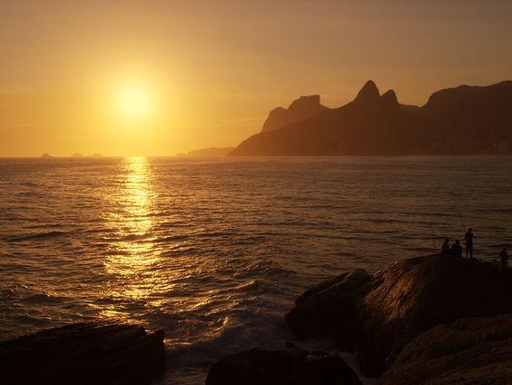 Sunset at Arpoador beach, Rio de Janeiro, really deserves applause.