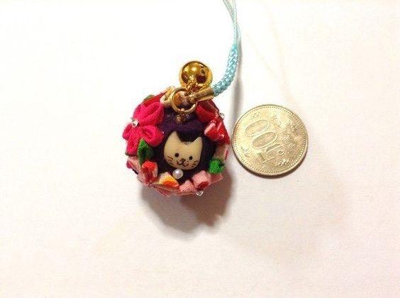 摘み花をストラップにしました正絹の花にスワロスキーの花芯です猫顔はまさこさん作お財布につければ金運も上がる?!|ハンドメイド、手作り、手仕事品の通販・販売・購入ならCreema。