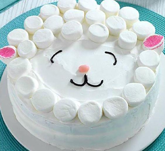 Décorer soi-même le gâteau d'anniversaire de son enfant est beaucoup plus simple que ça en a l'air! On s'inspire de ces 10 idées de décorations amusantes dénichées sur Pinterest.