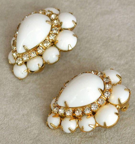 Hattie Carnegie - Bracelet et Boucles d'Oreilles - Métal Doré, Strass et Perles Blanches - Années 40