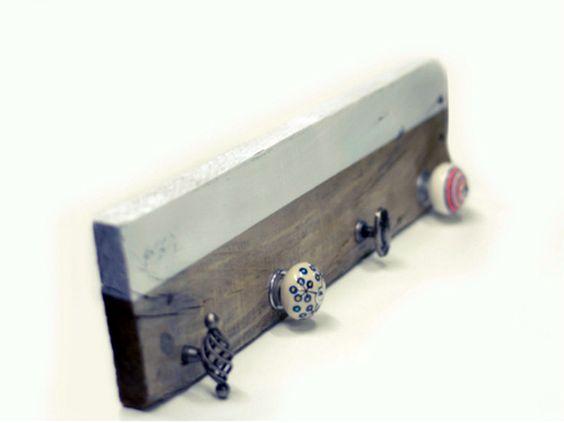 ¿Quieres hacer un perchero con una tabla y unos pomos reciclados? Verás lo fácil que es y te lo contamos todo en este tutorial