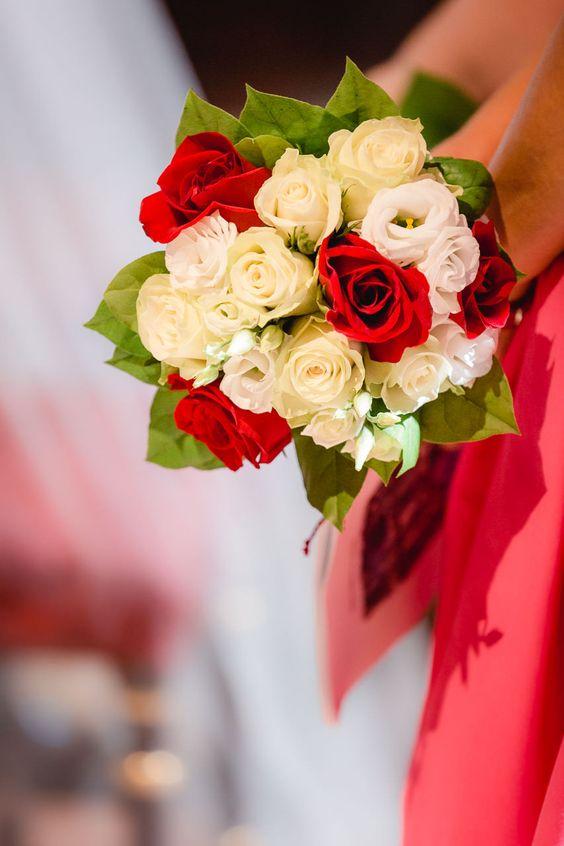 Brautjungfern-Blumenstrauss in perfekt abgestimmten Farben. Hochzeitsfotograf: yourmagicday.at - Hochzeitsfotografie