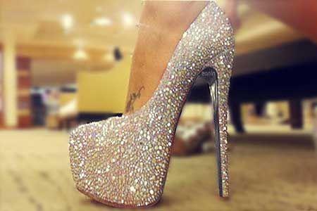 sapatos de salto alto com glitter: