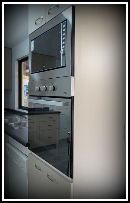 Mueble torre con horno microonda y horno tradicional for Mueble para horno