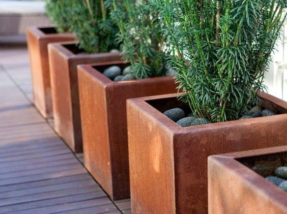 déco jardin avec des pots de fleurs en acier corten