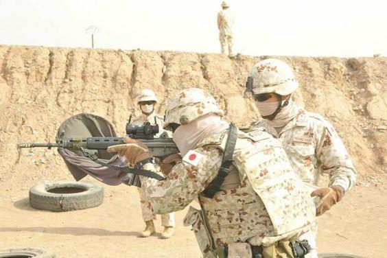 砂地で訓練をする隊員