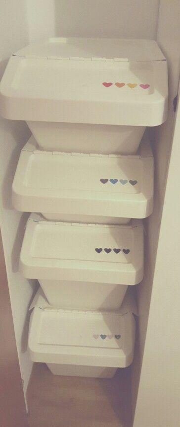 Aufkleber auf Wäscheboxen