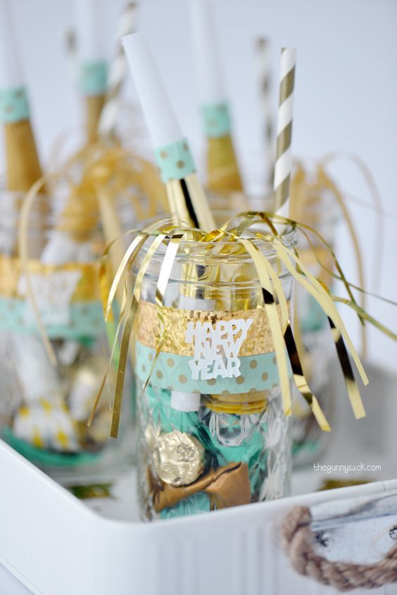 Wedding Gift Ideas Alcohol : New Years Eve mason jars make great party favors for your New Years...