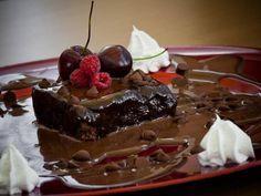 Brownie super fácil, um bolo delicioso para comer com sorvete e calda quente de chocolate, o brownie é um dos meus bolos preferidos