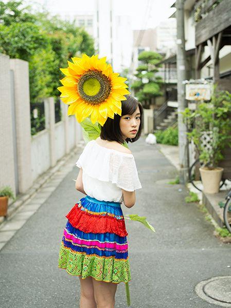 ひまわりを持った大原櫻子