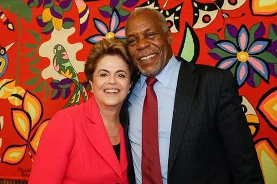 (11) Twitter Em visita à Dilma,o ator americano Danny Glover declarou apoio a ela e à democracia brasileira