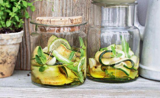 Sie suchen nach einer Marinade, die Ihrer Zucchini richtig Geschmack verleiht? Wenn Sie Majoran genau so gerne mögen wie wir, haben wir hier genau das richtige Rezept für Sie.