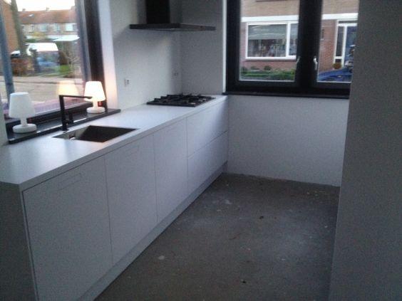 Volledig witte keuken met verborgen/verzonken grepen — in ...