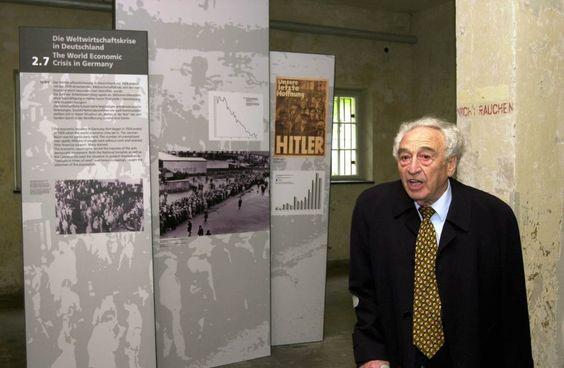 Max Mannheimer, seit 1988 Vorsitzender der Lagergemeinschaft Dachau, in den Ausstellungsräumen des einstigen Konzentrationslagers (Aufnahme von 2002). Dachau wurde am 22. März 1933 als erstes deutsches KZ eröffnet -und diente als Modell für alle weiteren.