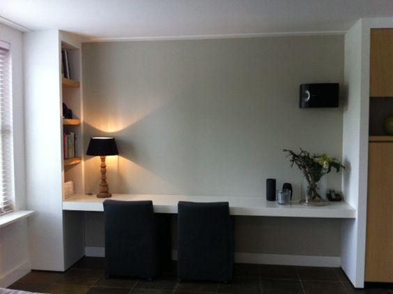 Maatwerk werkbureau/dressoir in gespoten mdf met schappenkast voorzien van dikke planken in eiken fineer. Alles vervaardigd door www.steigerhoutenzo.nl/www.meubelenmaatwerk.nl