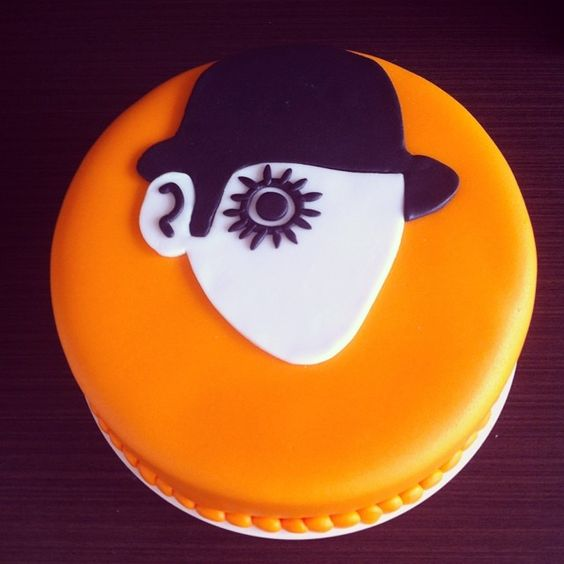 Bolo Laranja Mecânica!! De baunilha com doce de leite!!! Para a amiga mais linda, mais companheira, mais tudo desse mundao que hoje faz aniversário!! @jumagri é um prazer imenso poder fazer um bolo para vc e um prazer maior ainda te ter tão pertinho sempre!!! Eu e a Lara amamos você mto!!! ❤️❤️❤️❤️❤️. #clockworkorangecake #cake #suggarpaste #cakedesing