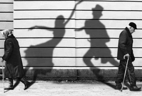 بقلم الكاتبة الليبية أ سوما العبد الله صحيفة إنسان إنك أشبه بشبح يطاردني لا يسأم من الركض خلفي أينما حللت فمنذ أن ر Life Black And White