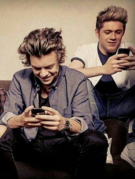 Harry Styles and Niall Horan con el movil :)