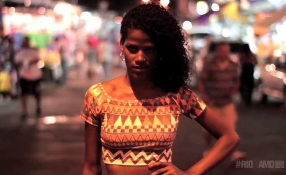 """Com o projeto """"O Jacaré Também é Moda"""", Julio usou uma paixão de sua infância para inserir uma das mais populares favelas do Rio de Janeiro no cenário da moda nacional. A iniciativa, que acontece há mais de 10 anos, leva desfiles anuais com meninas da comunidade em uma ação conjunta com representantes comerciais da região como: salões de beleza, lojas e costureiras."""