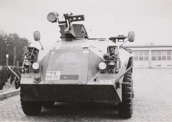 Voorzijde van DAF YP PWI-S-Gr. Gebruikt voor het vervoer van infanteristen onder pantser. De zware 0.50 Browning mitrailleur is verwijderd. Let op de omhoogstaande affuit met munitiebak en zoeklicht. Begin jaren 90 uitgefaseerd.