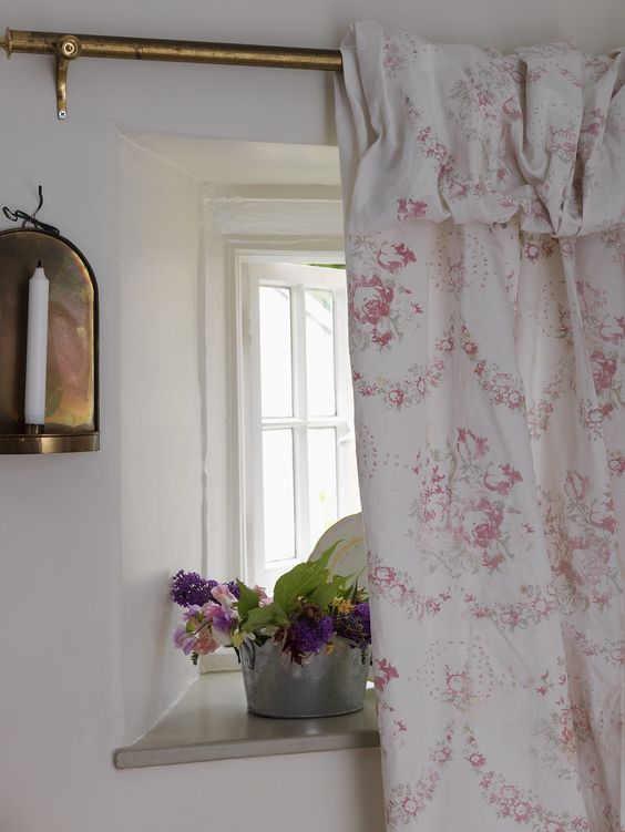 Cabbages roses bees fabric curtains cabbages and roses for Rideaux cottage anglais