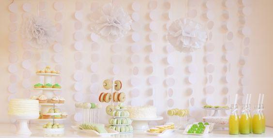 Ob himmlische Macarons, schokoladige Donuts, luftige Cupcakes, süße Kuchenlollis oder selbstgemachtes Weingummi hier ist wirklich für jeden etwas dabei! - Sweet Table - http://foodistas.de/