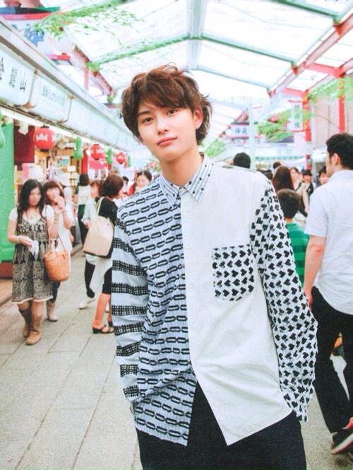 柄が特徴的なシャツの岡田将生のファッション
