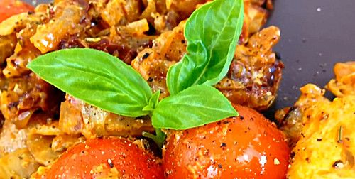 Low Carb: Kräuter-Tomatenpfanne mit saftigem Geflügelfleisch