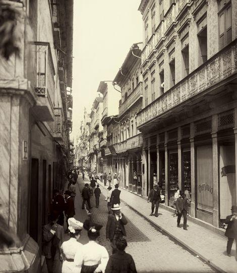 No século XIX, fotógrafos como Marc Ferrez registram a paisagem urbana em grandes panoramas. Ferrez documentou sistematicamente o Rio de Janeiro, cidade onde viveu e produziu a maior parte de seu trabalho fotográfico, fortemente influenciado em seu processo criativo pela deslumbrante paisagem da cidade e de seu entorno...