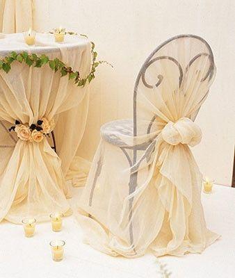 Cubre y anuda telas de tul para vestir las sillas con un for Sillas para novios