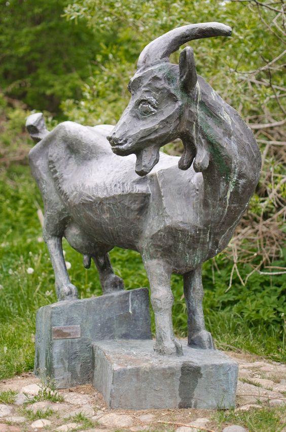#Kiel Die Ziege ist ein wenig mehr als lebensgroß und wirkt sehr realistisch. Sie steht auf einem zweiteiligen Podest, das an verschieden hohe Felsbrocken erinnert. Der Künstler wohnte und arbeitete am R...