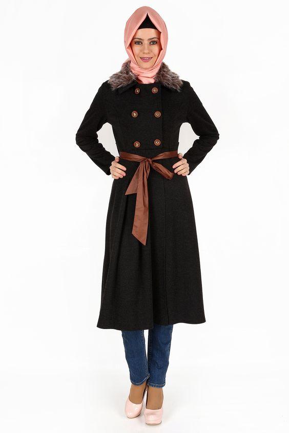Yakası Tüylü Antrasit Kap, 118 cm boyunda, coton kumaştan, astarsız olarak üretilmiştir. Yakasındaki ve kol uçlarındaki tüyler çıkarılabilir özelliktedir.
