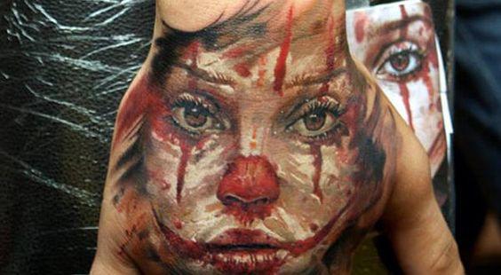 3d tatouage clown triste sur la main