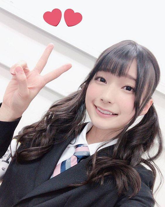 制服姿でピースをする高野麻里佳さん