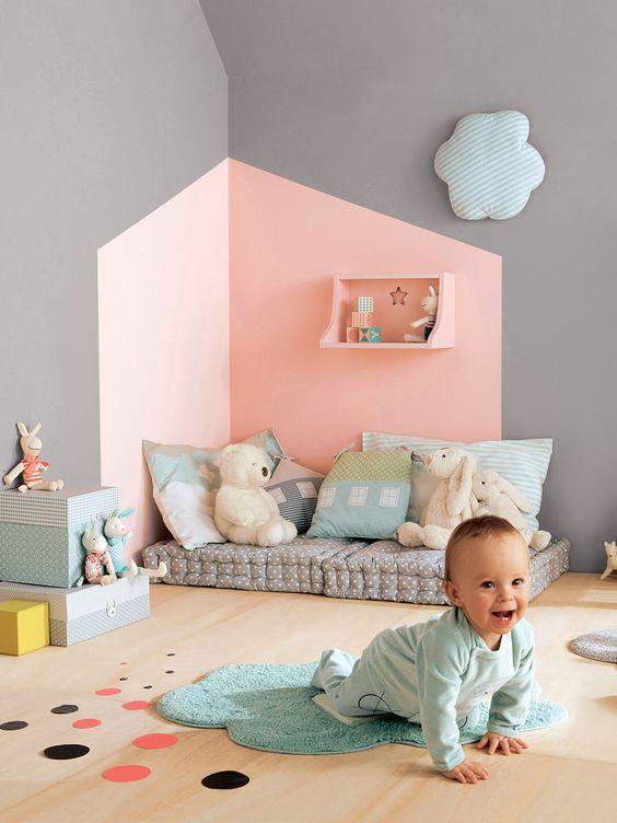 J'aime : l'angle du mur peint dans des couleurs sucrées et contrastée, les coussins au sol pour créer un coin lecture.