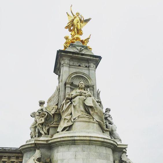 Being a tourist#buckinghampalace #victoriamemorial #tourist #london by lauramrobertson