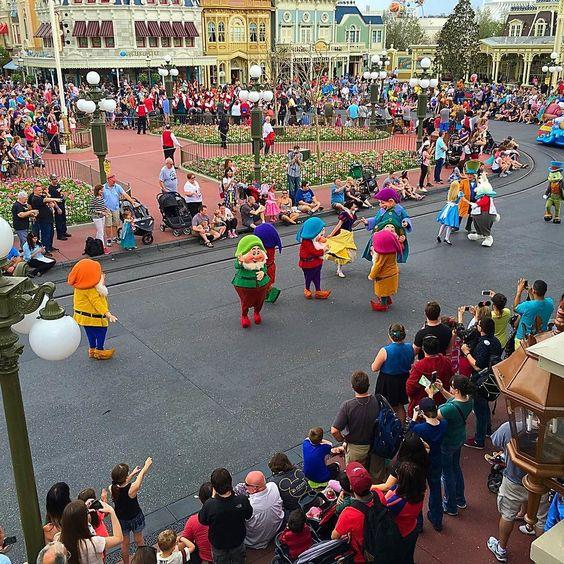 Snow White and the Seven Dwarves! #festivaloffantasy #magickingdom